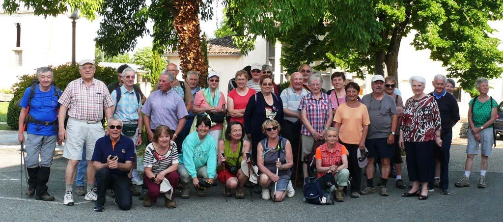 Le groupe de marcheurs devant la mairie de Monteils